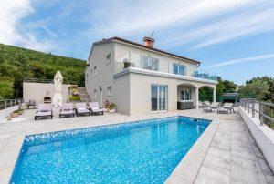 Villa se nalazi na istočnoj obali Istre